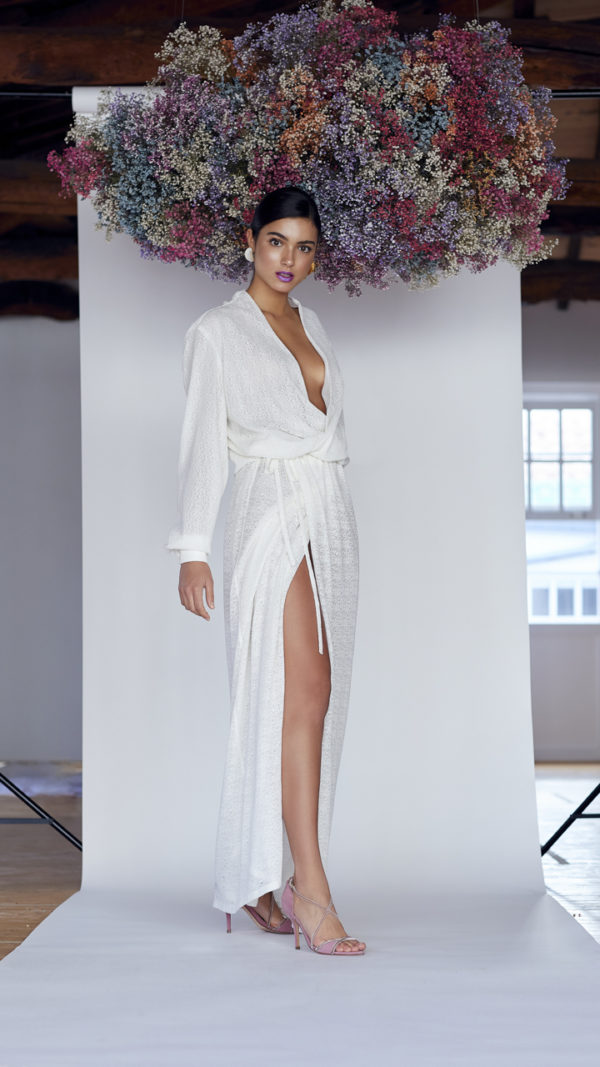 Vestido de novia hecho a medida en atelier de A Coruña. Vestido camisero cruzado, ablusado, con manga larga y puño con gemelo. Falda recta por encima del tobillo.