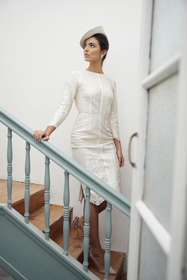 Vestido de novia hecho a medida en atelier de A Coruña. Vestido corto ajustado con cuello caja, manga larga y espalda abierta. Costuras en contraste con gros grain.