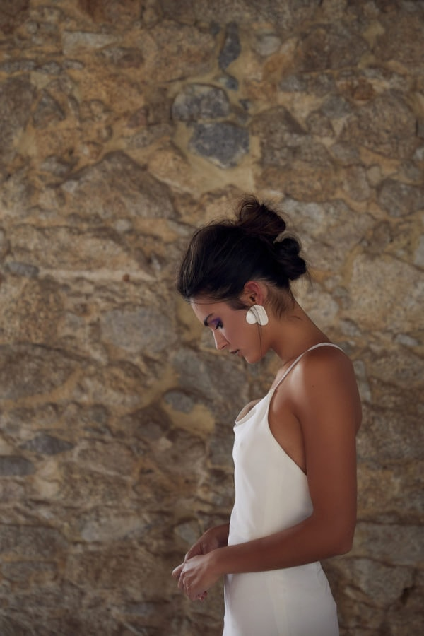 Vestido hecho a medida en atelier de A Coruña. Vestido midi, lencero, con escote delantero drapeado y tirante de puntilla cruzado en la espalda.