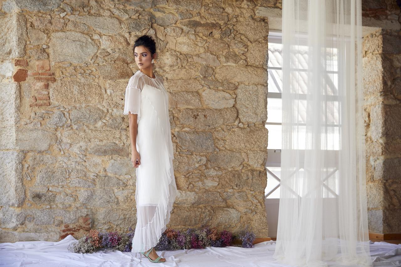 Vestido de novia hecho a medida en atelier de A Coruña. Blusón de gasa asimétrico con volantes en mangas y bajo.