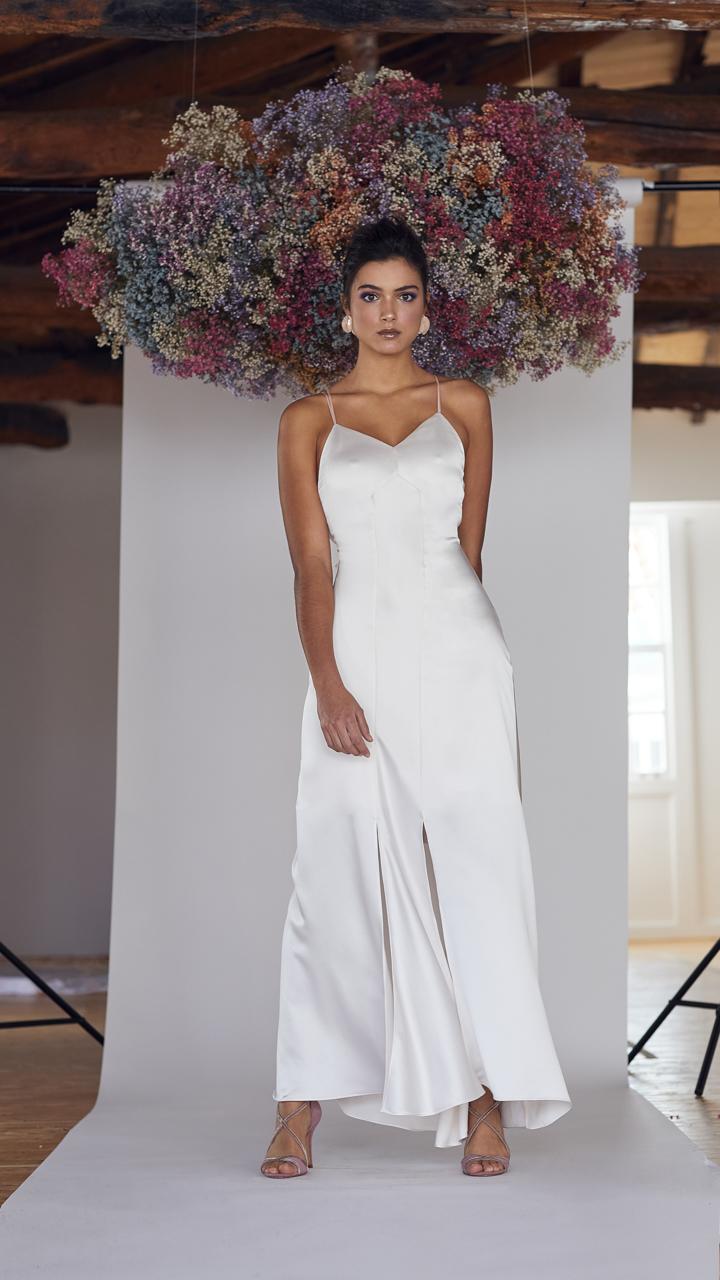Vestido de novia hecho a medida en atelier de A Coruña. Vestido lencero tobillero, con ligero evasé y con doble tirante que cruza atado en espalda.Elaborado en satén.