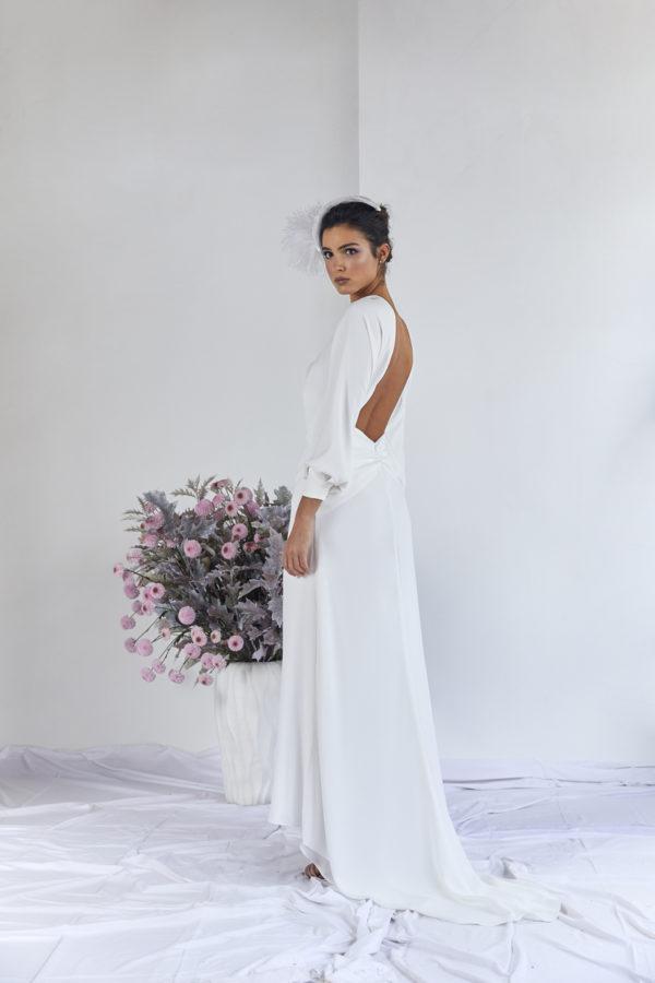 Vestido de novia hecho a medida en atelier de A Coruña. Vestido largo con cuello subido y espalda abierta. Piezas geométricas y manga japonesa.