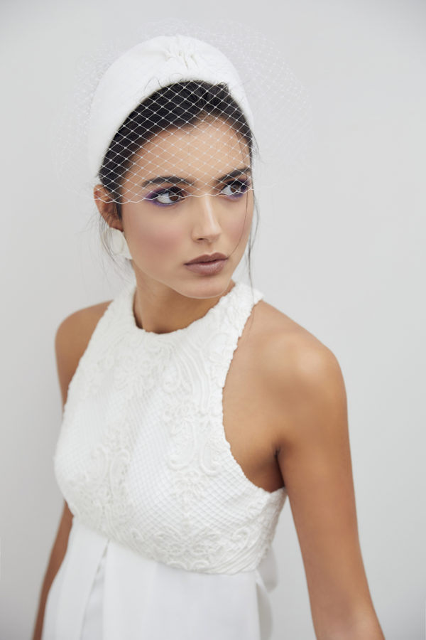 Vestido de novia a medida hecho en atelier de A Coruña. Vestido tobillero con corte imperio y pliegue delantero. Parte superior realizada en crochet y escote drapeado en espalda.
