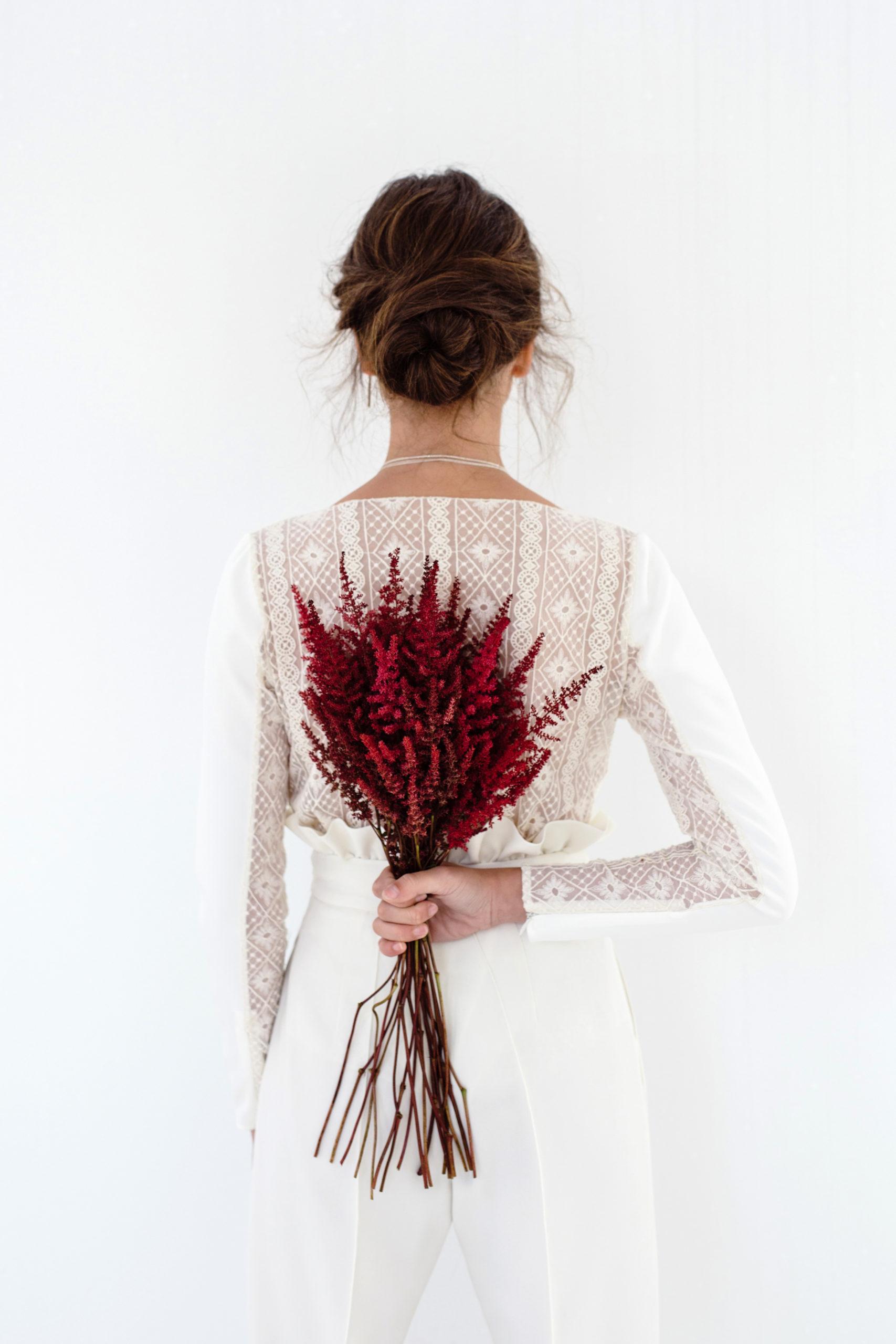 Vestido de novia hecho a medida en A Coruña. Body escote pico, manga larga realizado en crepe, con espalda e interior de las mangas en gasa bordada.