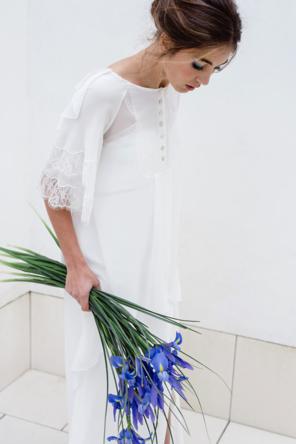 Vestido de novia hecho a medida en atelier de A Coruña. Blusón trapecio asimétrico realizado en bambula de seda. Escote subido con pechera en delantero y escote pronunciado en espalda