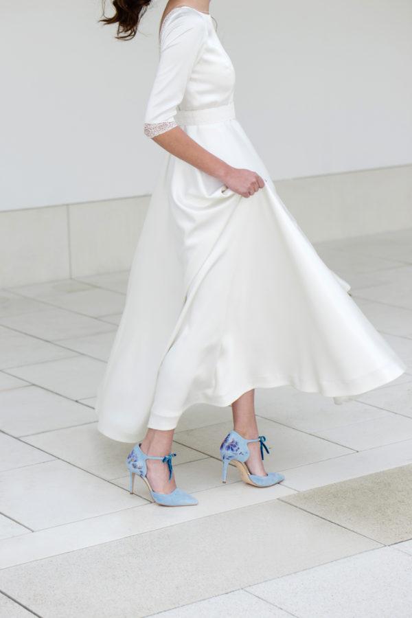 Vestido de novia hecho a medida en atelier de A Coruña. Vestido clásico escote barco falda capa. Espalda con escote pronunciado, manga francesa y puntillas en mangas y espalda. Realizado en satén