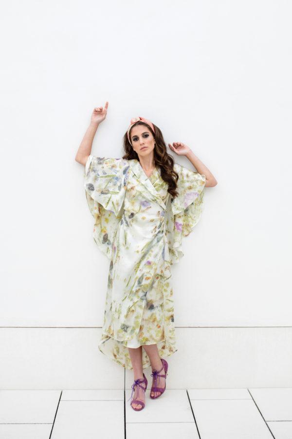 Vestido de novia hecho a medida en atelier de A Coruña. Abrigo fluido con estampado floral ecológico. Cruzado en delantero, drapeado y atado con lazada. Mangas abiertas efecto capa. Realizado en satén de seda.