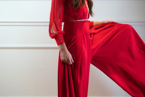 Vestido de fiesta hecho a medida en atelier de A Coruña. Mono compuesto por pantalón palazzo con tablones y cuerpo ajustado con escote pico y manga larga.