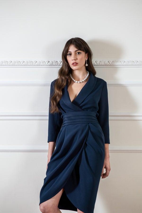 Vestido de fiesta hecho a medida en Atelier de A Coruña. Vestido esmoquin cruzado, con manga francesa y falda tulipán. Fajin tableado y espalda drapeada. Realizado en crepe satén.