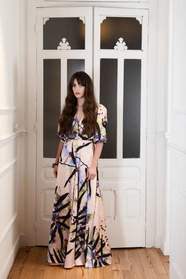 Vestido de fiesta hecho a medida en Atelier de A Coruña. Vestido camisero en satén estampado con manga abullonada y falda capa. botones forrados. Rosa y estampado floral.
