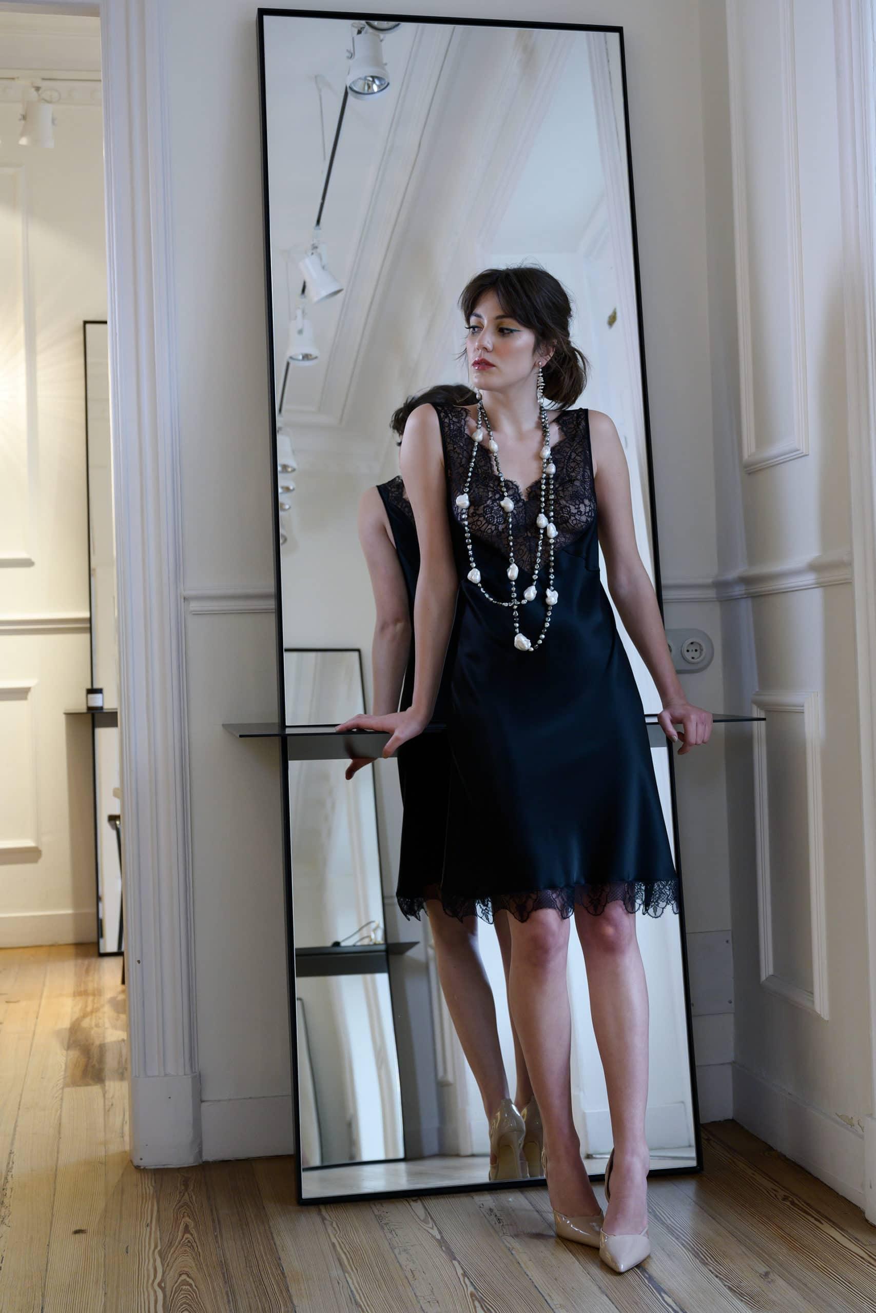 Vestido de fiesta hecho a medida en atelier de A Coruña. Vestido lencero con corte al bies y bonda de encaje en escotes y bajo