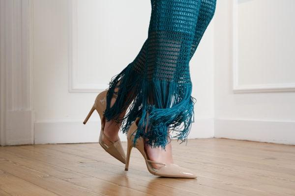 Vestido de fiesta hecho a medida en atelier de A Coruña. Vestido de malla, ajustado, sin manga y escote redondo. Desmontable para poder llevarlo largo, con 2 hileras de flecos o corto, sólo con una hilera.