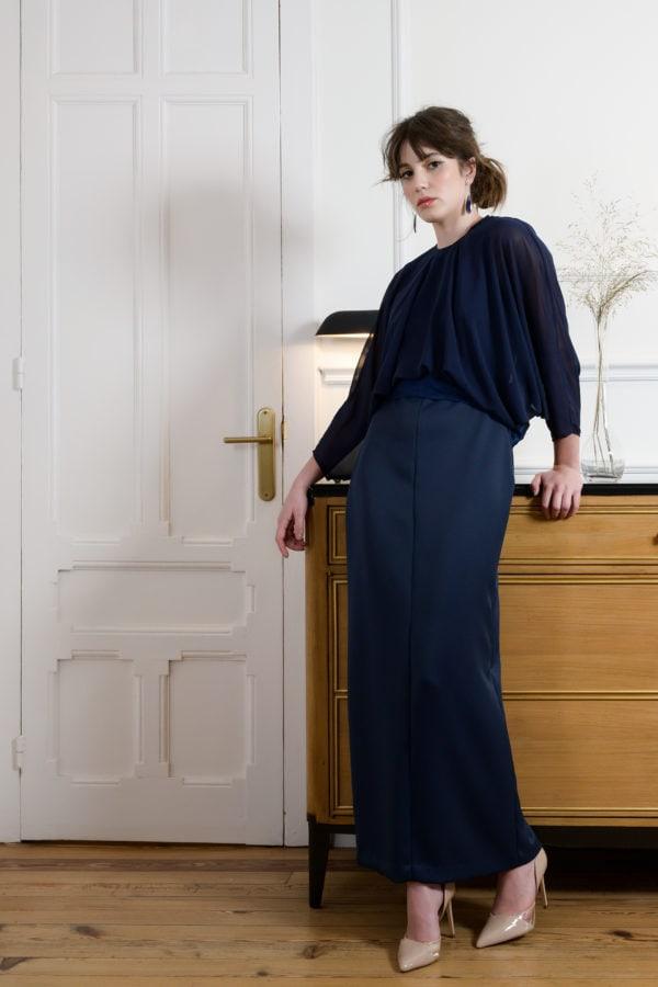 Vestido de fiesta hecho a medida en atelier de A Coruña. Vestido tobillero con cuerpo de gasa ablusado, manga murciélago, falda recta y cinturón en contraste atado con lazada en la espalda