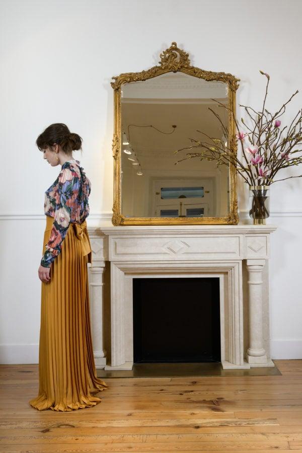 Blusa hecha a medida en atelier de A Coruña. Blusa recta con cuello mao, manga larga ligeramente abullonada con rizo en puños y espalda