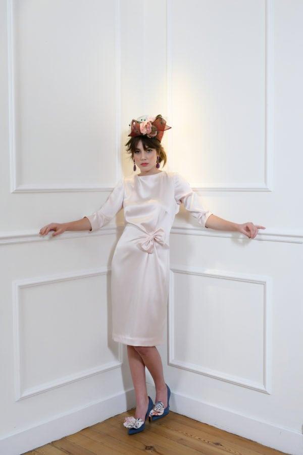 Vestido de fiesta hecho a medida en atelier de A Coruña. Vestido entallado, midi, con escote redondo y delantero ligeramente drapedado recogido en un lazo. Escote espalda con botonadura.