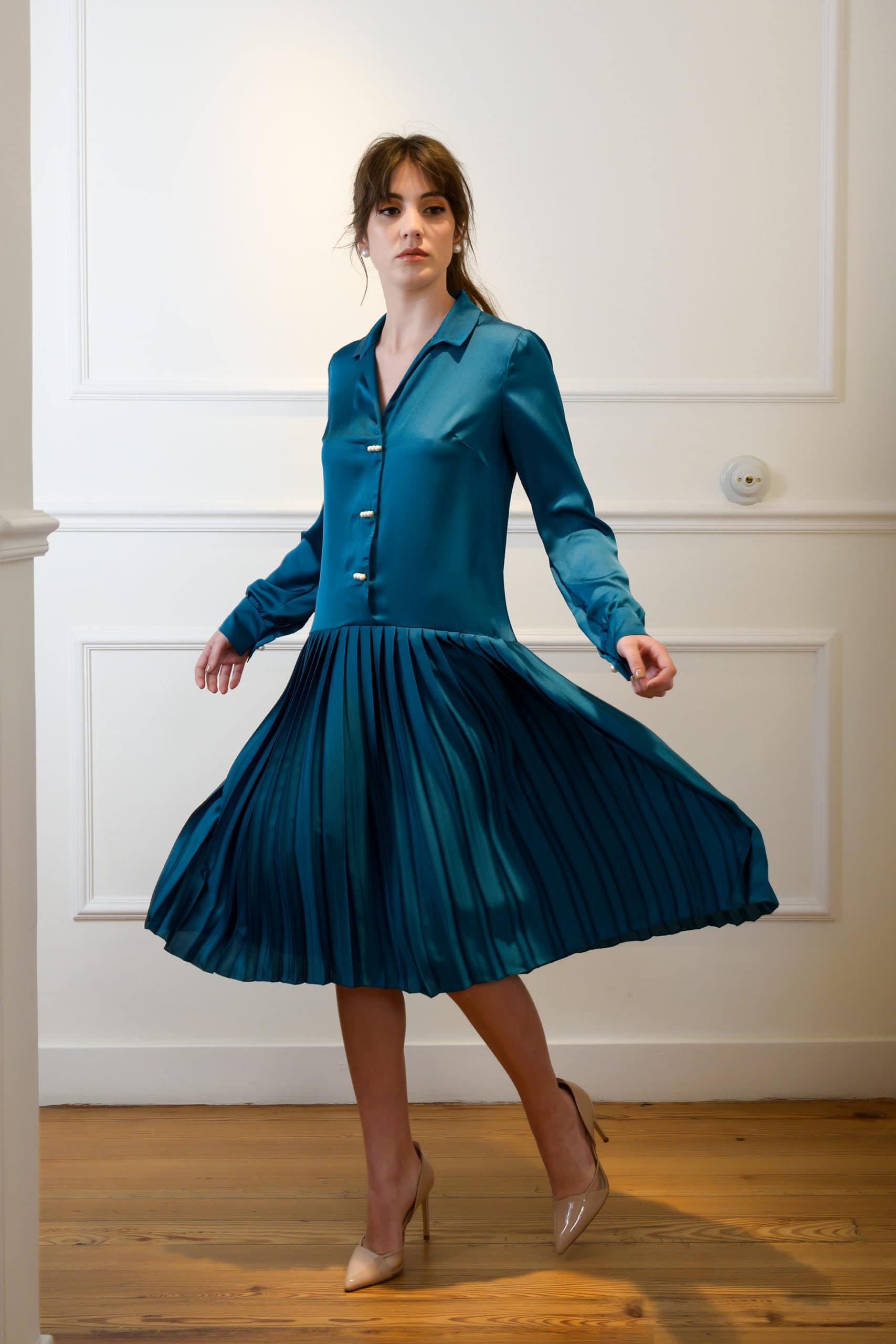 Vestido de fiesta hecho a medida en atelier de A Coruña. Vestido recto, estilo años 20, de talle bajo y falda plisada. Manga larga con puños y cuello camisero.