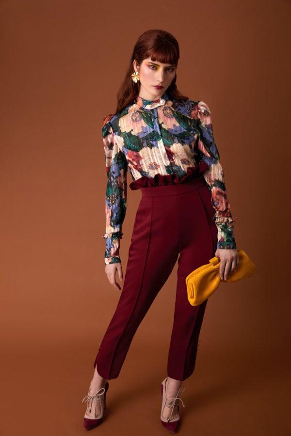 Vestido de fiesta hecho a medida en Atelier de A Coruña. Pantalón tobillero de cintura alta con volante desmontable, aberturas y botones en bajo
