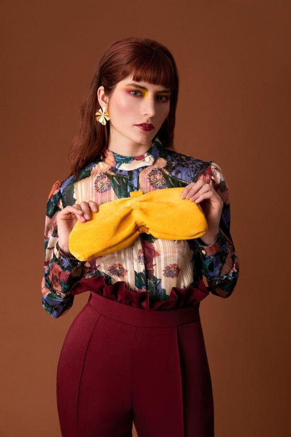 Vestido de fiesta hecho a medida en Atelier de A Coruña. Camisa gasa estampada y pantalón capri con cinturilla desmontable. Bolso de Franjul y pendientes de Acus