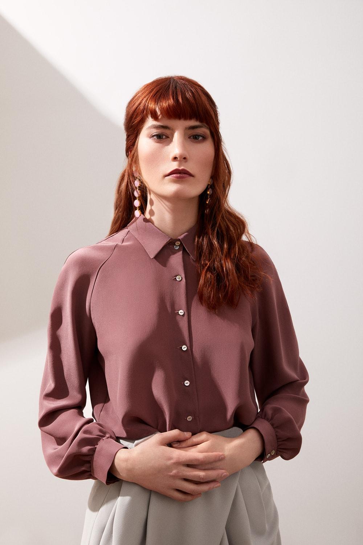 Vestido de fiesta hecho a medida en Atelier de A Coruña. Blusa manga ranglan en crepe de chine de seda y pantalón sarouel en crepe gris