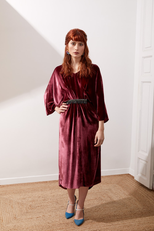 Vestido de fiesta hecho a medida en Atelier de A Coruña. Vestido midi tipo túnica en terciopelo, con bolsillos y cinturón
