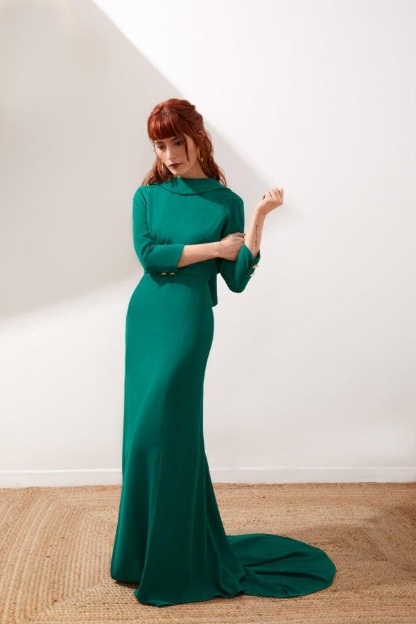 Vestido de fiesta hecho a medida en Atelier de A Coruña. Vestido de fiesta largo con cola y escote en la espalda. Abertura delantera en falda y solapas en la espalda. Realizado en crepe verde billar