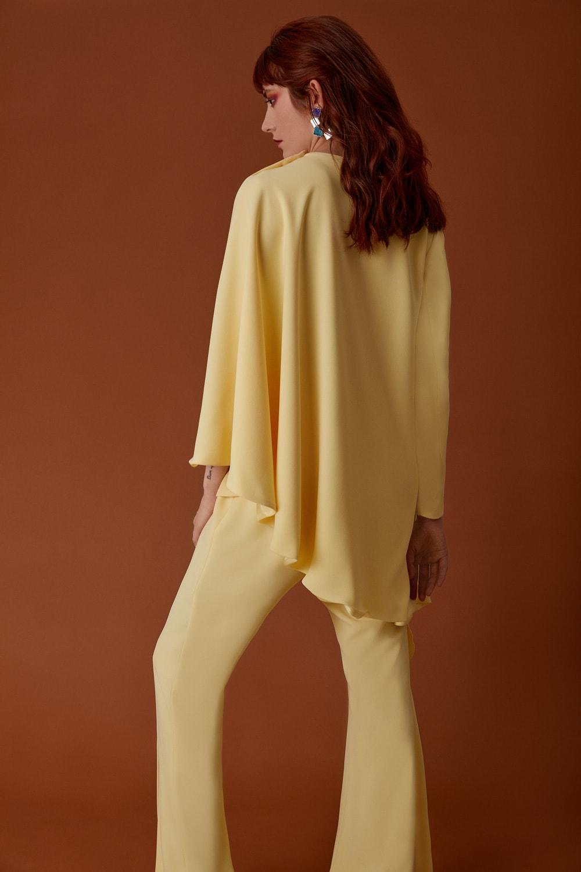 Vestido de fiesta hecho a medida en Atelier de A Coruña. Conjunto de fiesta compuesto por top-capa asimétrica y pantalón campana en amarillo.